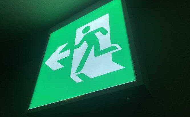 避難口誘導灯について【矢印付き避難口の付け方】