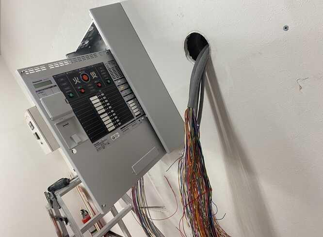 配線と新規機器の設置